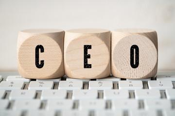 Würfel mit Akronym CEO auf Tastatur