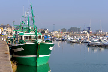 Fotorolgordijn Poort Fishing boat in the port of Saint-Vaast-la-Hougue, a commune in the peninsula of Cotentin in the Manche department in Lower Normandy in north-western France