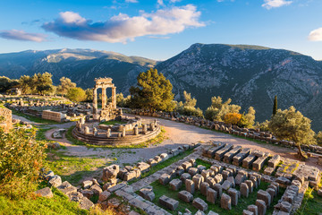 Zelfklevend Fotobehang Europese Plekken Temple of Athena Pronaia in ancient Delphi, Greece