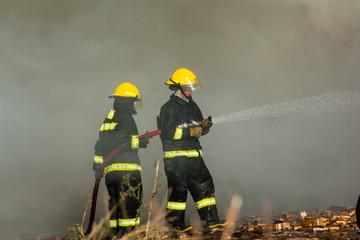 bomberos trabajando en un incendio