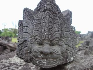 インドネシアの歴史遺跡にあったライオンの顔のような彫刻