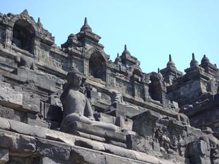 インドネシアの戦争の歴史が感じられる古代寺院にある像