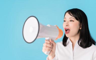 女性・拡声器