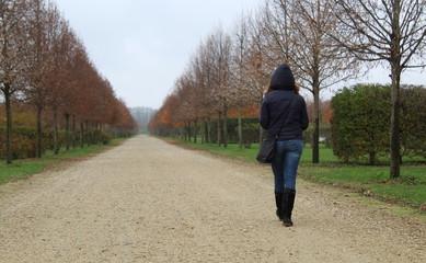 Donna solitaria che cammina in autunno