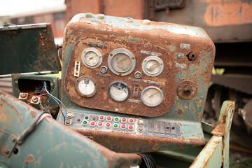 Corrosione generalizzata su un pannello con contatori in acciaio