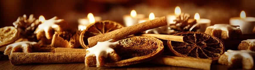Weihnachtsdekoration mit Zimtsternen und Kerzen