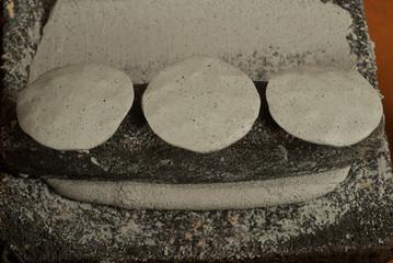 masa de maiz azul preparada para hacer tortillas sobre metete