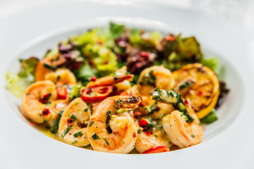 Salad with shrimps and lemon