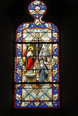 Glasraam in de kerk Notre-Dame, stad Genêts, departement Manche, Frankrijk