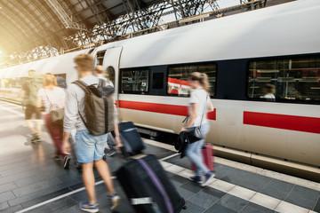 Reisende Menschen sind mit Gepäck am Bahnhof unterwegs