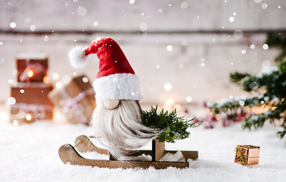 1,2,3,4 und schon steht Weihnachten vor der Tür - weihnachtlicher Wichtel sitzt auf seinem Schlitten