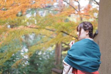 紅葉と着物の女性
