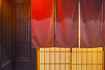 夜の京都祇園、日本料理店の玄関と暖簾