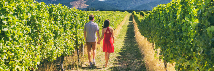 Fond de hotte en verre imprimé Vignoble Winery vineyard tourists couple walking on wine farm tour on travel vacation. Wine tasting holiday panoramic banner.