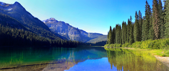 HIgh Lake near Cle ELum with mountains and pine trees wutg beach. Wall mural