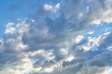 Sonnenstrahlen scheinen durch Wolken am Himmel