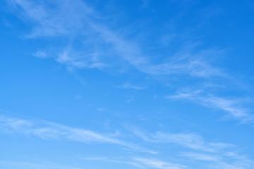 Blauer Himmel Hintergrund mit wenigen weißen Wolken