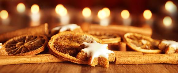 Zimtsterne mit Kerzen und Orangen