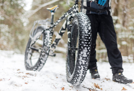 The guy keeps fatbike in the woods in winter