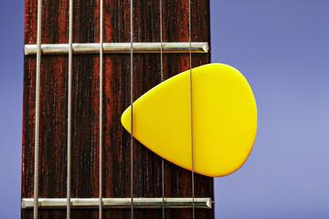 Plectrum between strings
