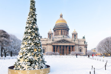 St. Isaac Cathedral and Christmas tree in snow on sunny winter day, St. Petersburg, Russia. Russian winter. Fototapete