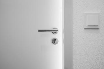 weiße geöffnete Holztür