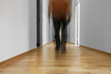 Flur langer Gang mit laufender Person