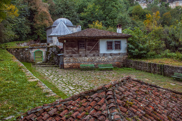 ie Demir-Baba-Tekke ist ein alianisches Mausoleum aus dem 16. Jahrhundert nahe dem Dorf Sweschtari, im Munizip Isperich in der Provinz Rasgrad im nordöstlichen Bulgarien.