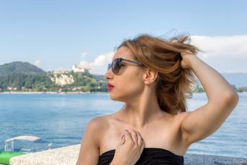 Una ragazza al mare in estate