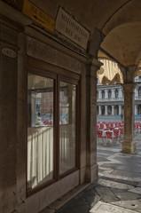 Eine Seitengasse zum Markusplatz in Venedig an einem Cafe