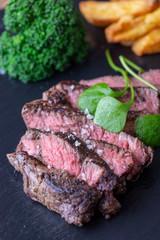 Scheiben von gegrilltem Steak auf Schiefer