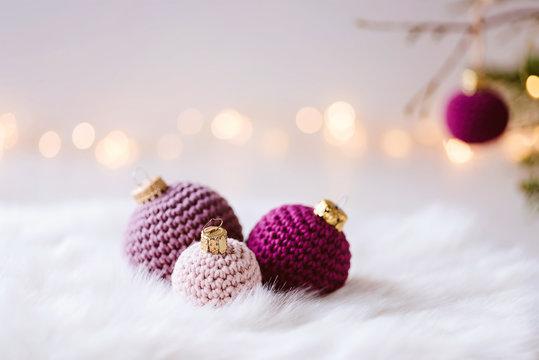 Gehäkelte Christbaumkugeln - flauschig, pastellige Dekoration für Weihnachten