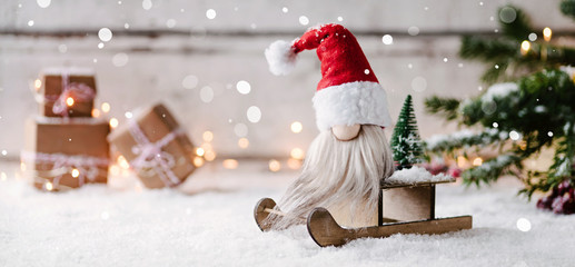 Ho ho ho - Niedlicher Banner mit einem kleinen Weihnachtsmann auf seinem Schlitten in weihnachtlicher Dekoration