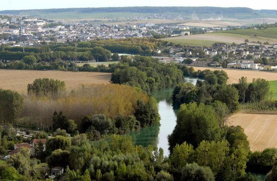 Vers Epernay, paysage et cours d'eau, département de la Marne, France