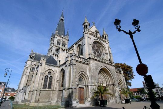 Ville d'Epernay, église Notre-Dame, réverbère en premier plan, département de la Marne, France