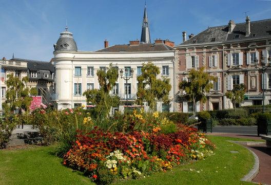 Ville d'Epernay, rond-point fleuri et immeubles de style, département de la Marne, France