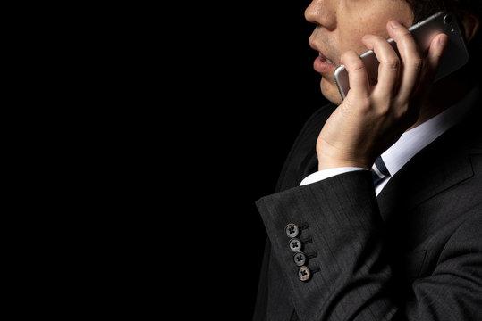 スマートフォンで電話をかけるビジネスマン