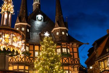 Rathaus Wernigerode, Weihnachtsmarkt und Wohltäterbrunnen sind beleuchtet