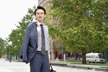 上着をかけるビジネスマン