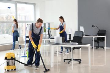 Obraz Team of janitors cleaning office - fototapety do salonu