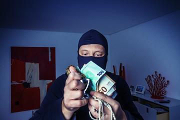 Einbrecher mit Beute - Burglar in the night