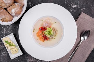рыбный суп с овощами и свежими булочками
