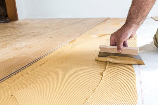 Verlegen von Holzdielen auf Kleber, Detailaufnahme