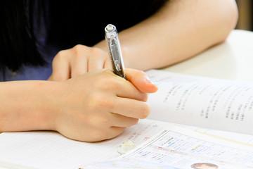 ペンを持つ手のアップ