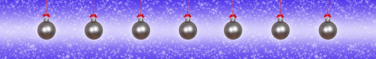 Silberne Weihnachtskugeln vor violettem Hintergrund