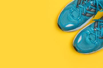 Zapatillas de deporte vista de arriba sobre fondo amarillo