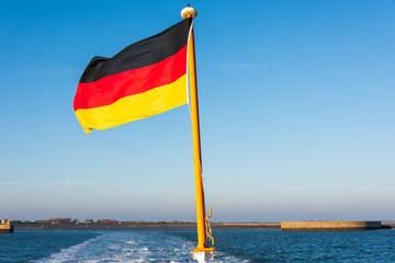 Nationalfahne der Bundesrepubli Deuschland am Heck eines Fahrgastschiffes