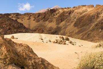 Felsen und Sand am Fusse des Vulkans Teide auf Teneriffa