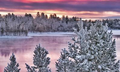 Fotorollo Skandinavien Splendides paysages colorés au nord de la Laponie finlandaise dans les environs de la ville d' Ivalo