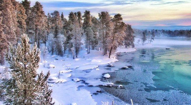 Splendides paysages colorés au nord de la Laponie finlandaise dans les environs de la ville d' Ivalo